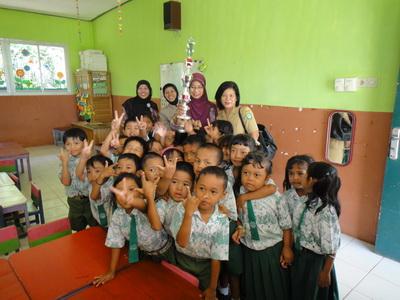 Anak-anak TK Bina Bangsa dan piala Juara I Lomba Sekolah Sehat Tingkat Propinsi Kalteng